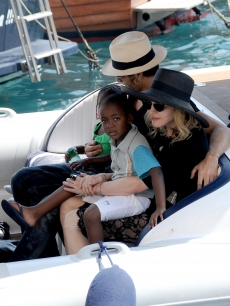Jesus Luz holds Mercy James and Madonna holds son David Banda while in Portofino, Italy, August 17, 2009