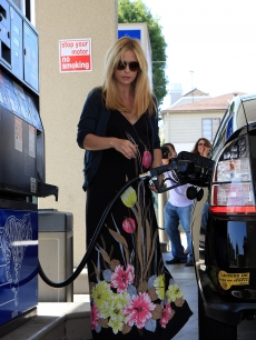 Sarah Michelle Gellar is caught by the paparazzi as she fills her eco-friendly car with gas in Los Angeles, Aug. 20, 2009