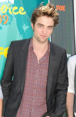 Robert Pattinson sizzles on the red carpet at the Teen Choice Awards at the Gibson Amphitheatre in Universal City, Calif., on August 9, 2009