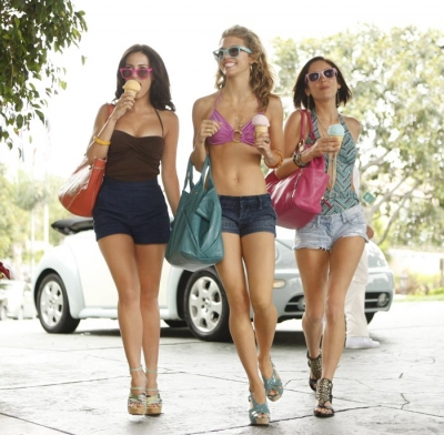 Jessica Lowndes as Adrianna, AnnaLynne McCord as Naomi, and Jessica Stroup as Silver on '90210's' Season 2