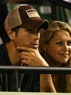 Enrique Iglesias and Anna Kournikova watch as Venus Williams plays her semifinal match against Serena Williams at the Sony Ericsson Open at the Crandon Park Tennis Center on April 2, 2009 in Key Biscayne, Florida
