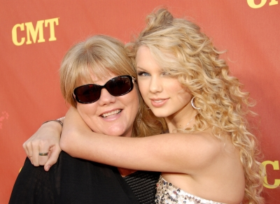 Taylor Swift with her mom Andrea Swift at the CMT Music Awards on April 16, 2007