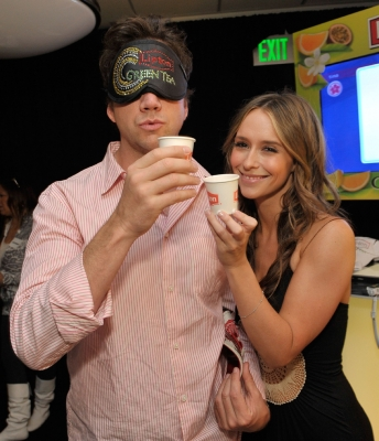 Jennifer Love Hewitt & Jamie Kennedy helped start something good with Lipton Green Tea — toasting their victory after taking the lead in the Lipton Green VitaliTEA Challenge which helped raise money for charity!