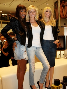 Naomi Campbell, Eva Herzigova and Claudia Schiffer share a moment at the D&amp;G Perfumes Collection Launch at the Rinascente Piazza in Milan on September 25, 2009
