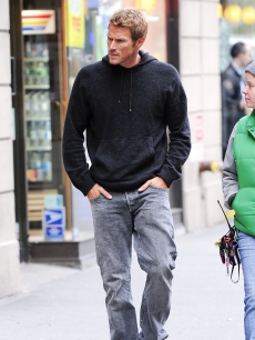 Jason Lewis walks to the 'Sex And The City 2' film location at the Empire Hotel, NYC, October 12, 2009