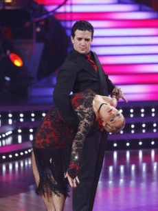 Mark Ballas dips Melissa Joan Hart on Week 5 of &#8216;Dancing&#8217;