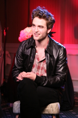 A handsome Robert Pattinson talks with Shaun Robinson about 'New Moon,' Los Angeles, Nov. 6, 2009
