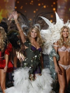 Selita Ebanks, Marisa Miller, Heidi Klum, Doutzen Kroes and Alessandra Ambrosio appear on the runway together during the finale of the Victoria's Secret Fashion Show in New York City on November 19, 2009