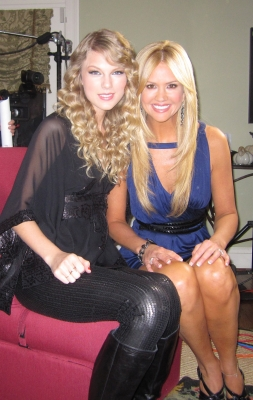 Taylor Swift and Access Hollywood&#8217;s Nancy O&#8217;Dell get ready for the start of the CMA Awards, Nov. 11, 2009
