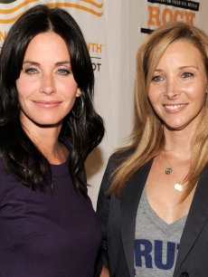 Former 'Friends' Courteney Cox and Lisa Kudrow at the Rock A Little, Feed A Lot Benefit Concert in LA on September 29, 2009