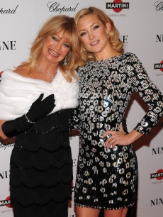 Goldie Hawn and daughter Kate Hudson attend the New York premiere of &#8216;NINE&#8217; sponsored by Chopard at the Ziegfeld Theatre on December 15, 2009