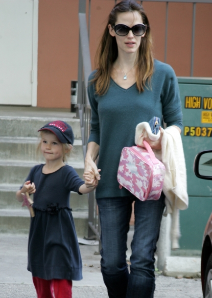 Jennifer Garner picks up Violet Affleck from school in Los Angeles, December 15, 2009