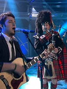 Lee Dewyze performs with a bagpipe player on &#8216;American Idol,&#8217; April 6, 2010