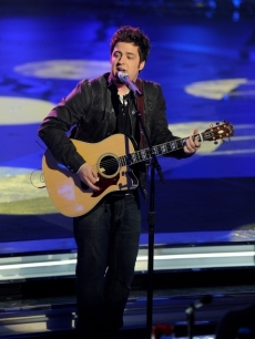 Lee DeWyze performs on &#8216;American Idol&#8217; on April 13, 2010