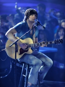 Tim Urban performs on 'American Idol' on April 13, 2010