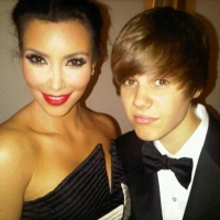 Kim Kardashian and Justin Bieber share a Twitter moment at the 2010 White House Correspondents' Dinner in Washington, D.C. on May 1, 2010