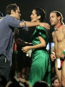 Johnny Knoxville presents the best solo artist to Julieta Venegas