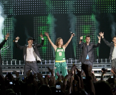Maria Menounos and the New Kids On The Block take the stage