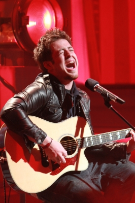 Lee DeWyze performs &#8216;Beautiful Day&#8217; on the Access stage, May 27, 2010