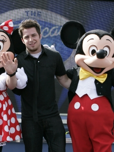 "Newly crowned ""American Idol"" Lee DeWyze poses with Minnie and Mickey Mouse May 31, 2010 at ""The American Idol Experience"" attraction at Disney's Hollywood Studios theme park in Lake Buena Vista, Fla."