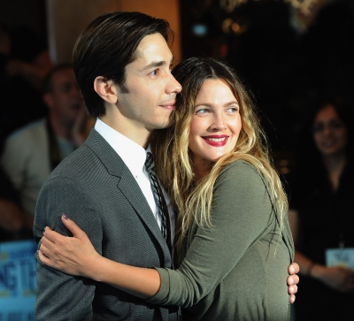"Justin Long and Drew Barrymore cuddle up as they attend the World Premiere of ""Going The Distance"" at the Vue, Leicester Square, London, on August 19, 2010"