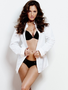 Minka Kelly looking hot in the November 2010 issue of Esquire