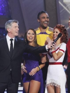 "Tom Bergeron interviews Rick Fox and Cheryl Burke, along with Kurt Warner and Anna Trebunskaya during ""Dancing with the Stars: The Results"" on November 23, 2010"