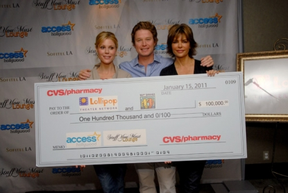 Julie Bowen, Billy Bush and Lisa Rinna pose with a hefty charity donation from CVS/pharmacy Beauty Bar!