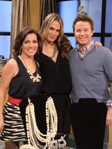 The lovely Molly Sims poses with Billy Bush and Kit Hoover on the set of Access Hollywood Live on February 22, 2011