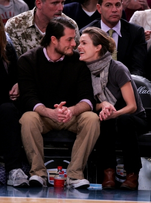 Keri Russell and Shane Dreary attend Dallas Mavericks vs New York Knicks game at Madison Square Garden, NYC, on December 10, 2007