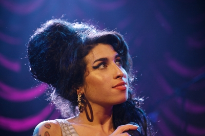 Amy Winehouse performing on stage in 2007