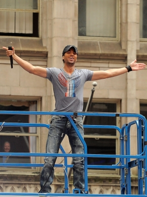 Enrique Iglesias performs for fans at the 'Today' show at Rockefeller Plaza in New York City on August 19, 2011