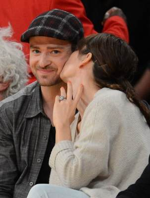 Justin Timberlake and Jessica Biel kiss at the Los Angeles Lakers vs Utah Jazz game at Staples Center in Los Angeles on April 21, 2009