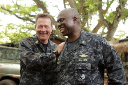 Robert Patrick (Master Chief Prosser) with Andre Braugher (Capt. Marcus Chaplin) on the &#8216;Last Resort&#8217; set