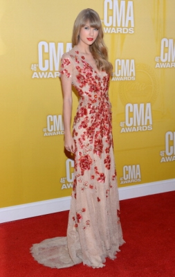 Taylor Swift arrives in a classic sequined dress at the 46th annual CMA Awards at the Bridgestone Arena in Nashville Tennessee on November 1, 2012