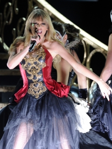 Taylor Swift performs &#8216;I Knew You Were Trouble&#8217; at the 40th American Music Awards on November 18, 2012