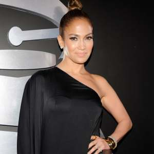 Grammys 2013: Jennifer Lopez Shows Off Some Serious Leg!