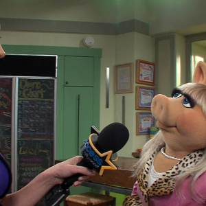 How Does Miss Piggy Feel About Ricky Gervais & Tina Fey Joining The Muppet Movie Sequel?
