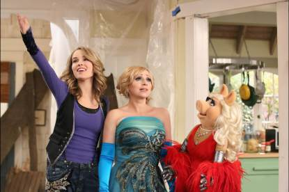 Bridgit Mendler, Leigh-Allyn Baker and Miss Piggy are seen in 'Good Luck Charlie's 'Duncan Dream House' episode