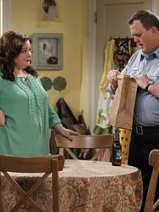 Molly (Melissa McCarthy, left) and Mike (Billy Gardell, right) in 'Mike & Molly'