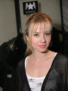 Linda Cardellini of 'ER' stops in