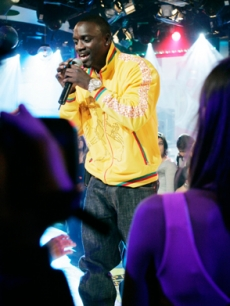 Hip Hop artist Akon performs a crowd favorite at MTV's TRL