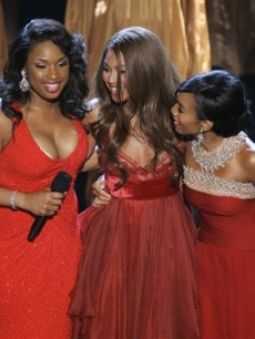 Jennifer, Beyonce and Anika Noni Rose share a moment on stage