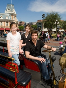 Dylan McDermott brings his daughter and a friend to Disneyland!