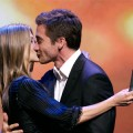 Jen Aniston receives an award & a kiss from Jake Gyllenhaal!