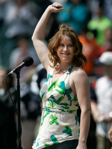 '80s star Molly Ringwald sings the national anthem at the Detroit Tigers