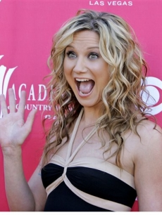 Jennifer Nettles of Sugarland gives a wave