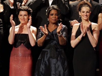 Julianna Margulies, Oprah Winfrey and Julia Roberts enjoy the show