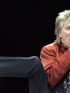 Fresh off his wedding, Rod Stewart rocks out in Newcastle, England