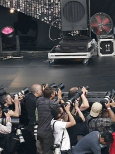 Nelly Furtado cozies up to the photographers